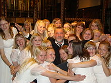 220px-Estonian_TV_Girls'_Choir_with_conductor_Urmas_Sisask_at_St_Paul's_cathedral_in_London